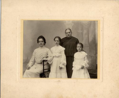 PPMHP 100027: Dvije žene s dvije djevojčice